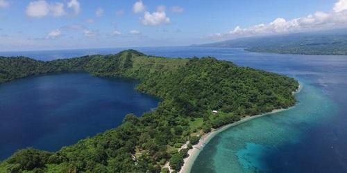 Satonda Island, een eiland met een zoutwatermeer